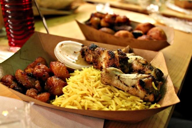 ailes-de-poulet-et-aloko-par-new-soul-food-au-food-market