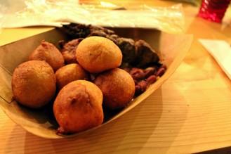 brochettes-de-soya-sauce-haricots-et-beignets-new-soul-food