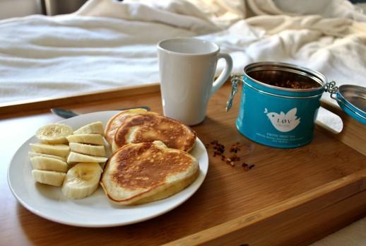 plateau-petit-dejeuner-brunch-au-lit-pancake-ampaza